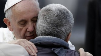 papafrancisco_abraza_a_enfermo